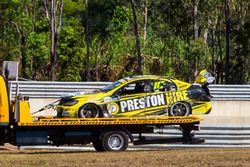 Das Auto von Lee Holdsworth, Team 18, Holden, wird nach Crash abtransportiert