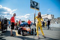 grid girl, Mikkel Jensen, kfzteile24 Mücke Motorsport Dallara F312 - Mercedes-Benz