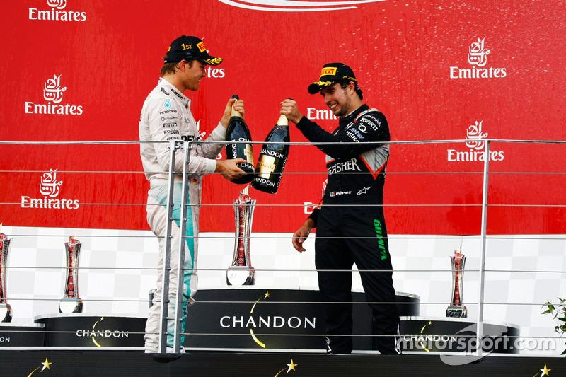 Nico Rosberg, Mercedes AMG F1 celebra con Sergio Pérez, Sahara Force India F1