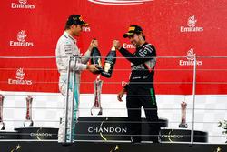 Le vainqueur Nico Rosberg, Mercedes AMG F1 fête sa victoire avec du champagne sur le podium avec le troisième, Sergio Pérez, Sahara Force India F1