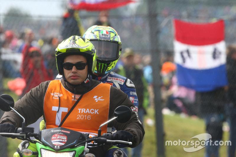 Valentino Rossi, Yamaha Factory Racing sul retro dello scooter dopo la scivolata