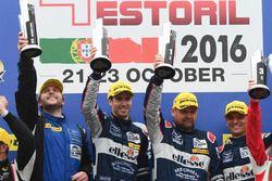 Подиум: Победители гонки в LM GTE #99 Aston Martin Racing Aston Martin Vantage V8: Эндрю Говард, Дар