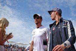 Jenson Button, McLaren mit Daniil Kvyat, Scuderia Toro Rosso bei der Fahrerparade