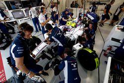 L'équipe travaille sur la voiture de Valtteri Bottas, Williams FW38 Mercedes, dans le garage