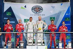 Podium LMGTE Pro : première place Marco Sorensen, Nicki Thiim, Aston Martin Racing, deuxième place Gianmaria Bruni, James Calado, AF Corse, troisième place Davide Rigon, Sam Bird, AF Corse