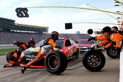 Martin Truex Jr., Furniture Row Racing Toyota aux stands
