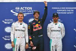 Le poleman Daniel Ricciardo, Red Bull Racing, le deuxième, Nico Rosberg, Mercedes AMG F1 Team, le troisième, Lewis Hamilton, Mercedes AMG F1 Team