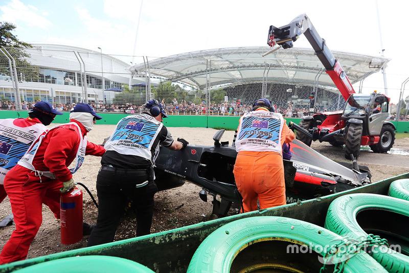 El McLaren MP4-31 de Fernando Alonso, McLaren se retira de la trampa de grava