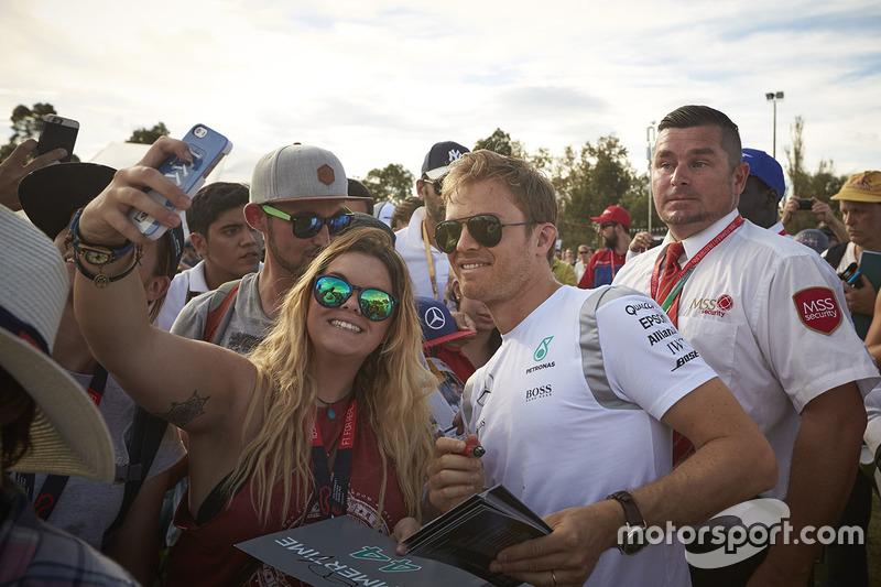 Nico Rosberg, Mercedes AMG F1 Team avec les fans