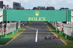 Льюис Хэмилтон, Mercedes AMG F1 Team W07 и Себастьян Феттель, Ferrari SF16-H - борьба за позицию