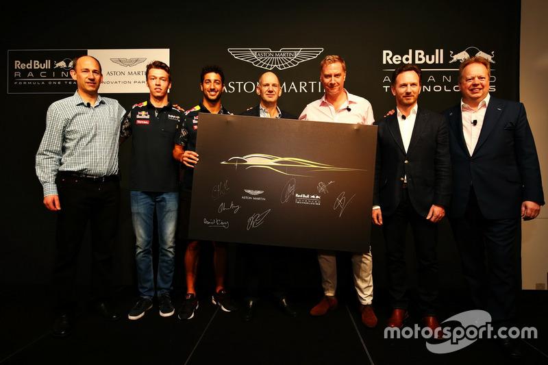 Ian Minards, directeur du développement produit d'Aston Martin, Daniil Kvyat, Daniel Ricciardo, Red Bull Racing, Adrian Newey, directeur technique Red Bull Racing, Marek Reichman, directeur de la création et du design d'Aston Martin, Christian Horner, team principal Red Bull Racing et Andy Palmer, PDG d'Aston Martin