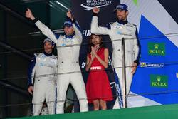 المنصة: المركز الثاني رقم 78 كاي سي إم جي بورشه 911 آرإس آر: كريستيان ريد، وولف هينزلر، جويل كاماثيا