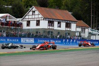 Charles Leclerc, Ferrari SF90, devant Sebastian Vettel, Ferrari SF90 et Lewis Hamilton, Mercedes AMG F1 W10