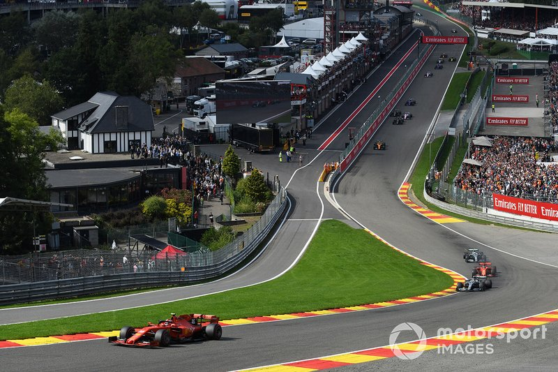 Charles Leclerc, Ferrari SF90, precede Lewis Hamilton, Mercedes AMG F1 W10, Sebastian Vettel, Ferrari SF90, e Valtteri Bottas, Mercedes AMG W10