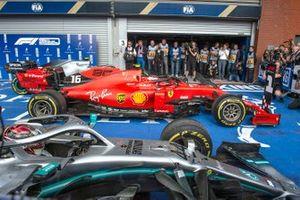 Charles Leclerc, Ferrari SF90, 1ª posición, y Lewis Hamilton, Mercedes AMG F1 W10, 2ª posición, llegan a Parc Ferme