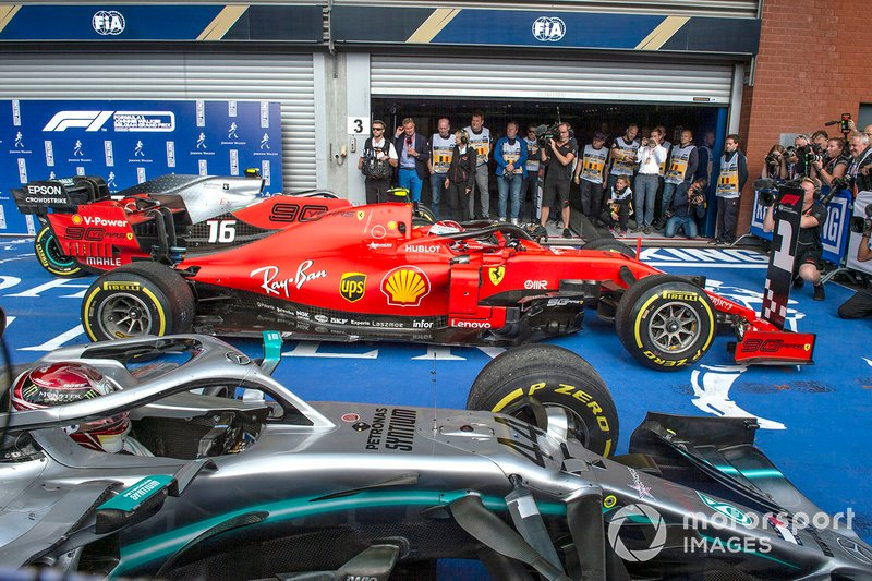 Charles Leclerc, Ferrari SF90, primo classificato, e Lewis Hamilton, Mercedes AMG F1 W10, secondo classificato, arriva al Parc Ferme