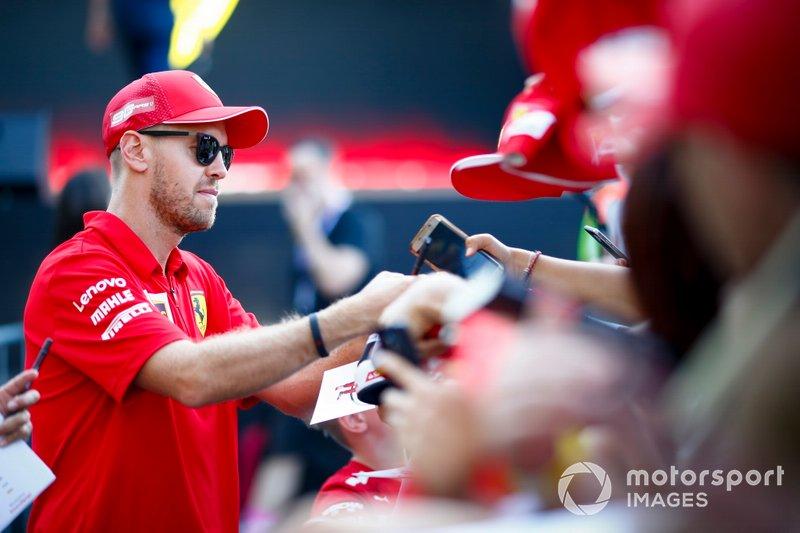 Sebastian Vettel, Ferrari firma un autógrafo para un aficionado