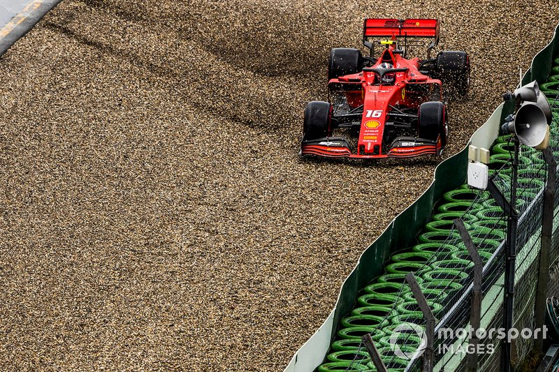 Charles Leclerc, Ferrari SF90, va a sbattere e si ritira dalla gara