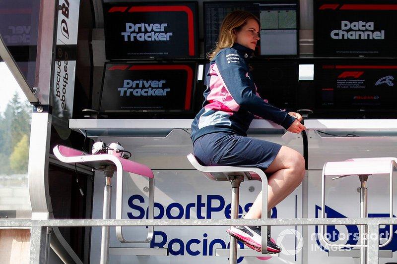 Una componente del equipo Racing Point es entrevistada