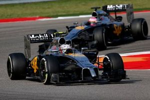 Kevin Magnussen, McLaren MP4-29 precede Jenson Button, McLaren MP4-29