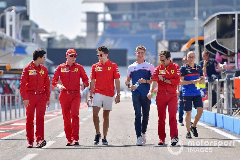 Charles Leclerc, Ferrari, ispeziona il circuito con il fratello Arthur Leclerc e i meccanici