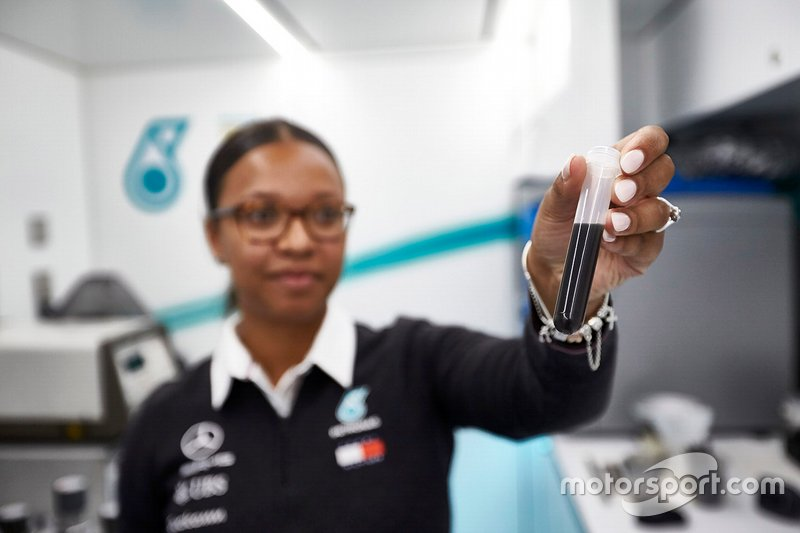 Petronas trackside fluide engineer