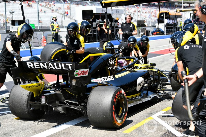 Daniel Ricciardo, Renault F1 Team R.S.19, makes a pit stop during practice