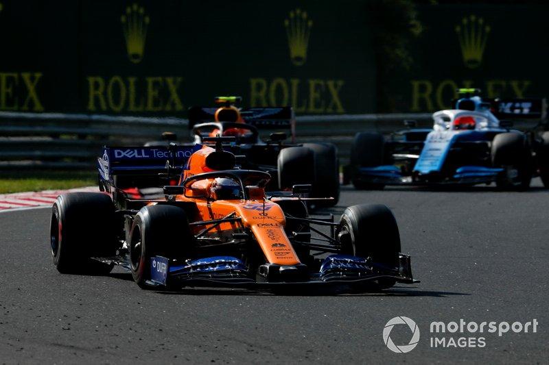 Carlos Sainz Jr, McLaren MCL34, lidera Pierre Gasly, Red Bull Racing RB15, y Robert Kubica, Williams FW42