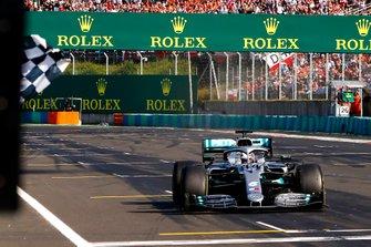 Le vainqueur Lewis Hamilton, Mercedes AMG F1 W10