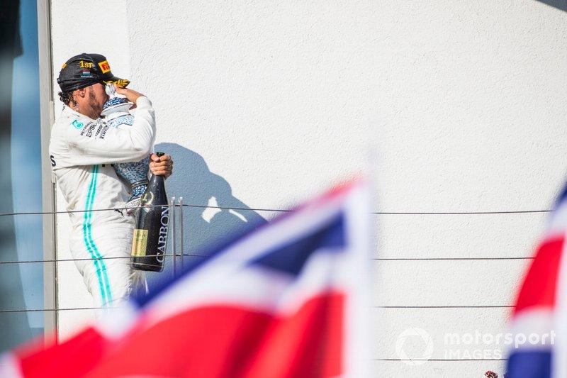 Il primo classificato Lewis Hamilton, Mercedes AMG F1, lascia il podio