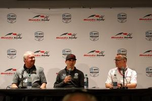 Robert Wickens, Mike Long, CEO de Arrow Electronics, y Ted Klaus, presidente de Honda Performance Development