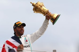 Podio: ganador de la carrera Lewis Hamilton, Mercedes AMG F1 lanza su trofeo en el aire para celebrarlo