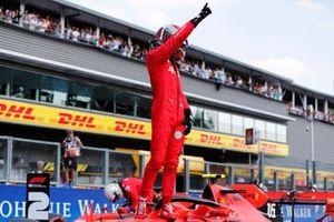 Charles Leclerc, Ferrari, fête sa pole position sur la grille