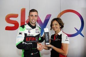 Alberto Cerqui Dinamic Motorsport, riceve da Valentina Albanese il trofeo per la pole position