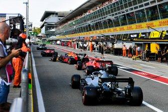 Charles Leclerc, Ferrari SF90, Alex Albon, Red Bull RB15, Sebastian Vettel, Ferrari SF90, y Lewis Hamilton, Mercedes AMG F1 W10, salen de pits