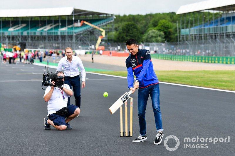 Alexander Albon, Toro Rosso, jugando a cricket
