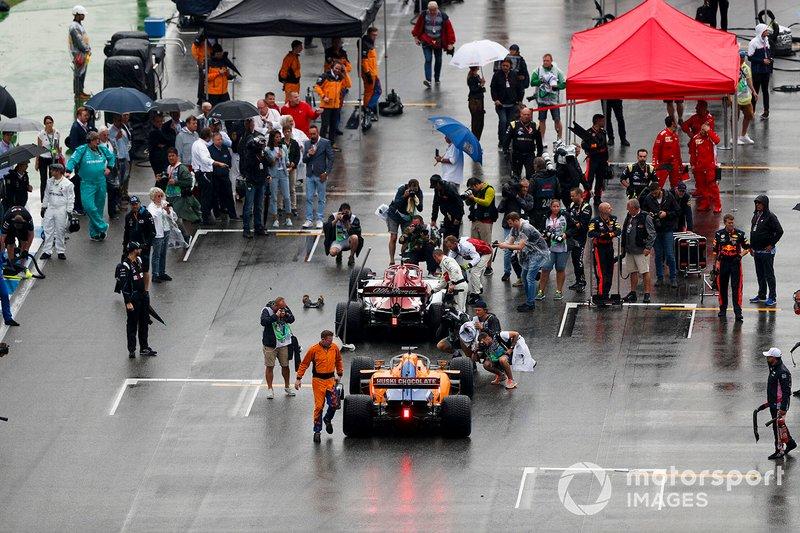 Kimi Raikkonen, Alfa Romeo Racing C38, e Carlos Sainz Jr., McLaren MCL34, in griglia di partenza