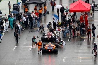 Kimi Raikkonen, Alfa Romeo Racing C38, and Carlos Sainz Jr., McLaren MCL34, on the grid