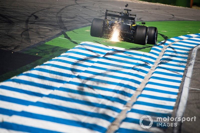 Daniel Ricciardo, Renault F1 Team R.S.19, runs wide