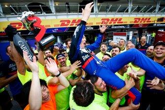 Daniil Kvyat, Toro Rosso, troisième, fête son podium avec l'équipe