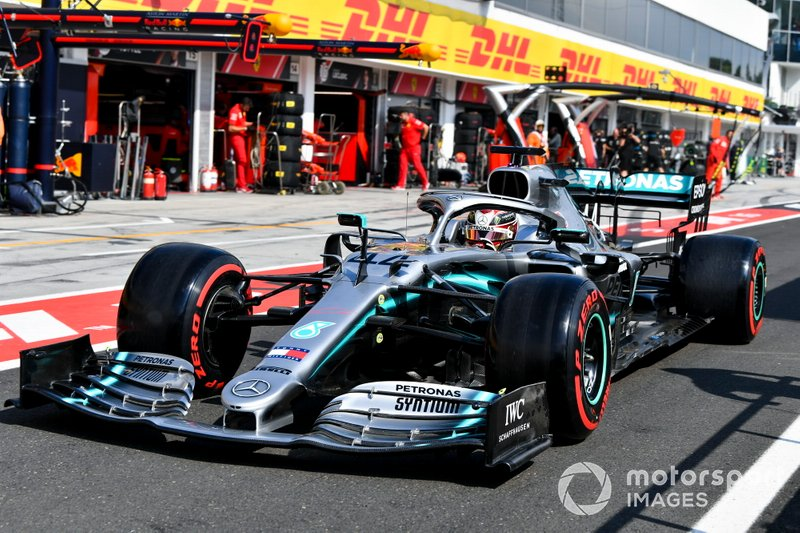 Lewis Hamilton, Mercedes AMG F1 W10 nella pit lane