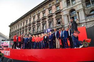 Charles Leclerc, Ferrari y Sebastian Vettel, Ferrari en el escenario con ex pilotos de Ferrari F1 y personal del equipo y los pilotos de Ferrari Academy