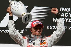 Podium: Race winner Heikki Kovalainen, McLaren