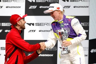 Подиум: Элис Пауэлл и гонщик Audi Sport Team Rosberg Рене Раст