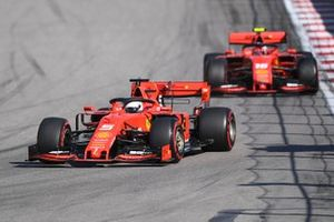 Sebastian Vettel, Ferrari SF90, devant Charles Leclerc, Ferrari SF90