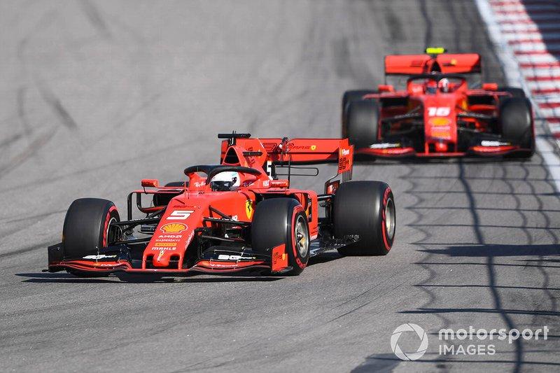 Sebastian Vettel, Ferrari SF90, precede Charles Leclerc, Ferrari SF90