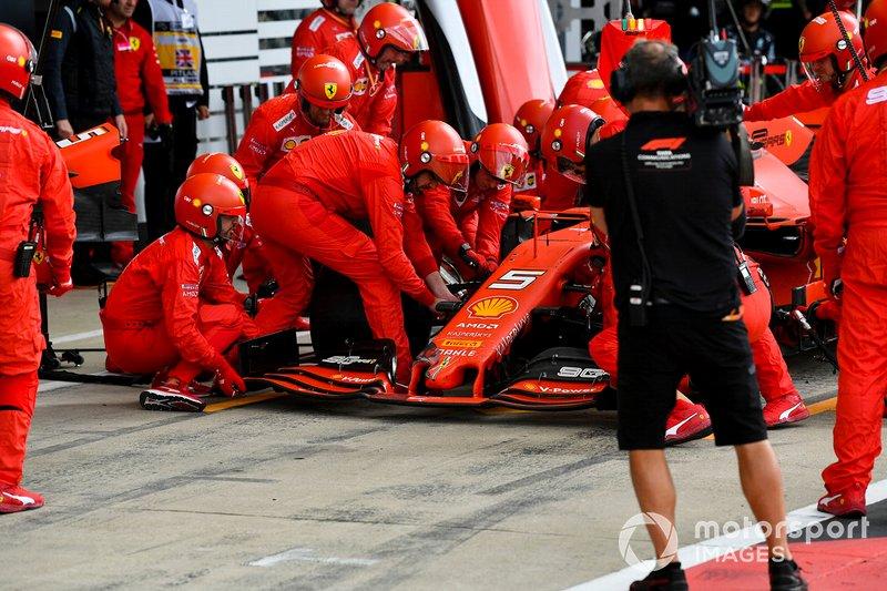 Pit stop e cambio muso per Sebastian Vettel, Ferrari SF90 dopo l'incidente con Max Verstappen, Red Bull Racing RB15