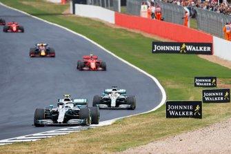 Valtteri Bottas, Mercedes AMG W10, voor Lewis Hamilton, Mercedes AMG F1 W10, Charles Leclerc, Ferrari SF90, en Max Verstappen, Red Bull Racing RB15