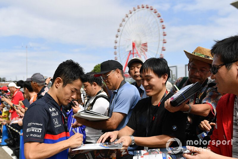 Naoki Yamamoto, Toro Rosso signs an autograph for a fan