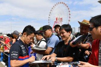 Naoki Yamamoto, Toro Rosso signe un autographe pour un fan